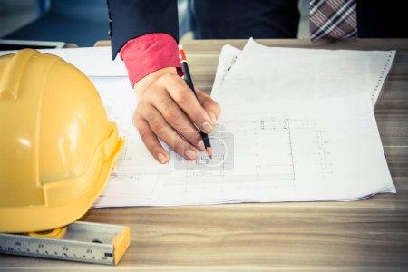Photo pour Ingénieur et architecte discuter avec sur le nouveau projet dans le café - image libre de droit