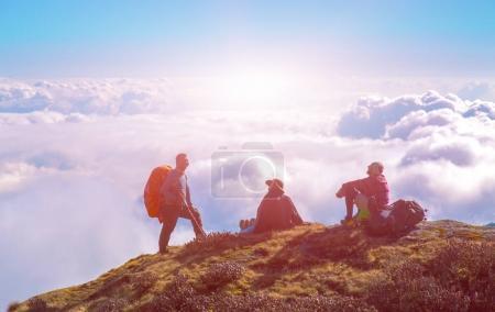 Photo pour Groupe de personnes sportives pendant l'aventure en montagne profitant d'une vue sur le ciel nuageux - image libre de droit