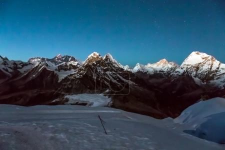 Vue de la nuit des montagnes d'Altitude