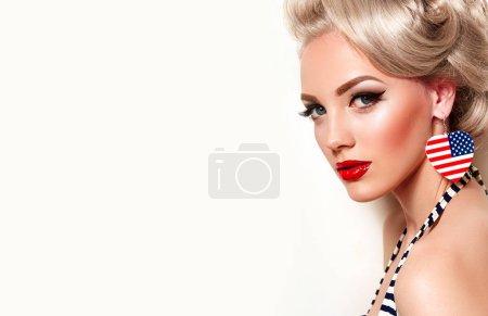 Photo pour Belle fille lumineuse dans un style rétro, pin-up, souriant. Coiffure - cheveux blonds, blonds, coiffure rétro. Vêtements, mode, beauté. Maquillage - rouge à lèvres rouge, flèches noires, faux cils.. - image libre de droit