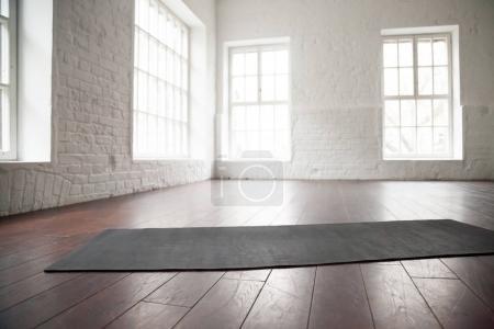 Espace vide de blanc, lofts Studios, tapis d'yoga sur le plancher