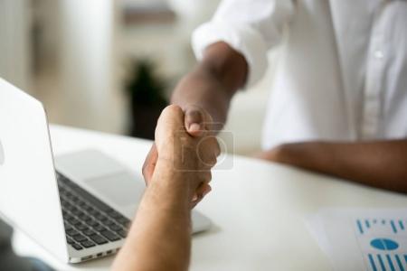 Photo pour Concept de commercial multiraciale de poignée de main, partenaires afro-américaine et du Caucasiens se serrant la main sur le bureau, divers hommes d'affaires d'accord faire traiter satisfaits du résultat de la négociation, bouchent la vue - image libre de droit
