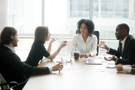 Photo pour Divers partenaires commerciaux argumentant sur le mauvais contrat à la réunion dans le bureau des avocats, clients mécontents contestant la fraude escroquerie dans le cabinet d'avocats, investisseurs trompés ayant des revendications insatisfaits de prêt - image libre de droit