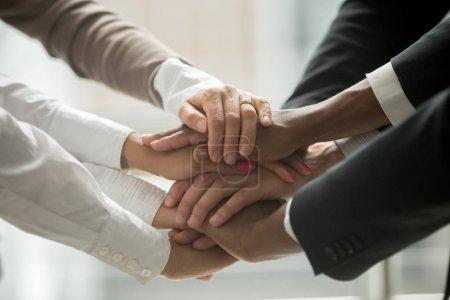 Photo pour Divers peuples mettant empilés les mains ensemble prometteur aide et soutien affaires départ commun, noir et blanc groupe multiracial s'unir à une formation motivante, concept de renforcement d'équipe, bouchent la vue - image libre de droit