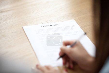 Photo pour Femme main mettre la signature sur le contrat d'affaires, client de femme s'entendre sur les termes faisant vente achat deal signature papier, hypothèques, assurances, prêt ou emploi concept juridique, mettant l'accent sur le document - image libre de droit