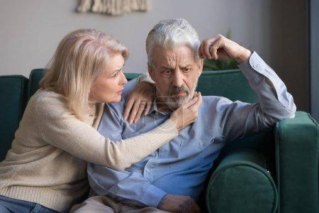 Photo pour Femme d'âge moyen réconfortant bouleversé mari aux cheveux gris montrant à l'homme bien-aimé sympathie compréhension des soins et de l'amour, conjoints mariés âgés assis sur le canapé parler, concept de crise de la quarantaine - image libre de droit