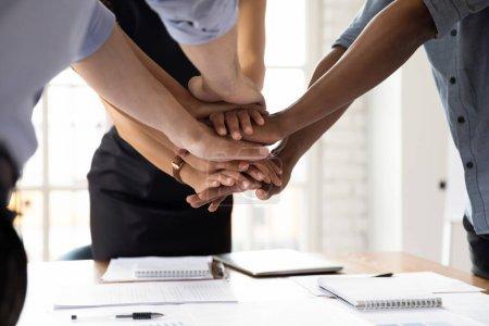 Photo pour Gros plan divers gens d'affaires empilés leurs paumes ensemble montrant l'amitié de soutien et la loyauté. Concept de l'unité de l'équipe d'affaires, projet commun, commencer des négociations importantes mate encourager les uns les autres - image libre de droit