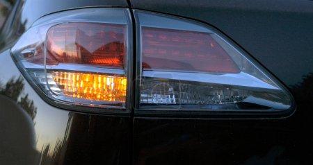 Photo pour Feu arrière à la voiture le soir. Intérieur de voiture moderne - image libre de droit
