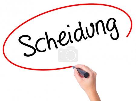 Foto de Mujeres mano escribir Scheidung (divorcio en alemán) con marcador negro en la pantalla visual. Aislado en blanco. Negocio, tecnología, concepto de internet. Foto stock - Imagen libre de derechos