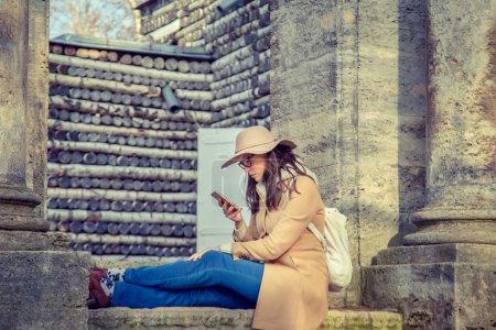 Photo pour Belle femme assise sur un banc dans le vieux parc . - image libre de droit