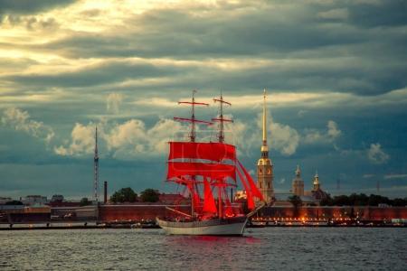 Brig avec voiles écarlates sur le fleuve Neva