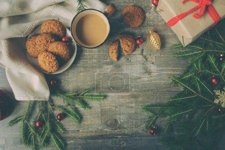 Photo pour Vue de dessus du cadre confortable de Noël et d'hiver avec biscuits faits maison, café et décorations du Nouvel An avec espace vide - image libre de droit