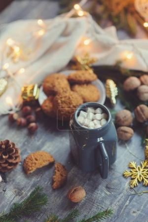 Photo pour Hiver douillet et réglage de Noël avec chocolat chaud avec des guimauves et biscuits maison. Chaleureux et accueillant, concept hygge danois - image libre de droit