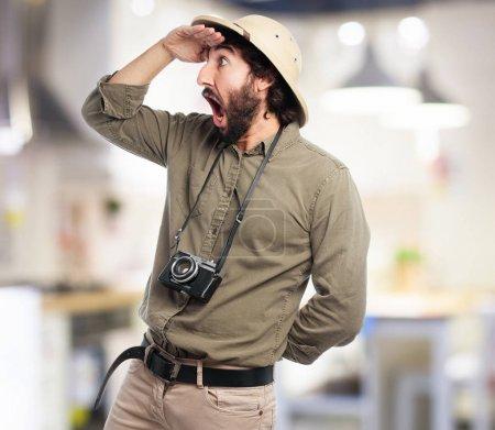 Photo pour Explorateur fou homme regardant loin signe - image libre de droit