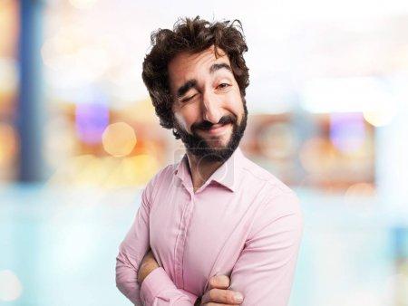 Photo pour Heureux jeune homme avec signe de clin d'oeil - image libre de droit