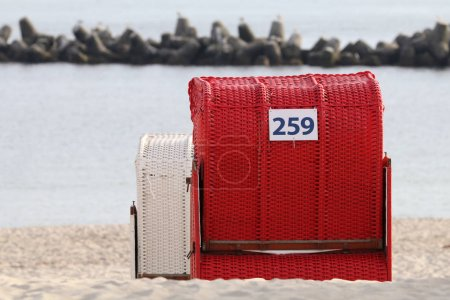 Photo pour Chaise de plage colorée proche mer - image libre de droit