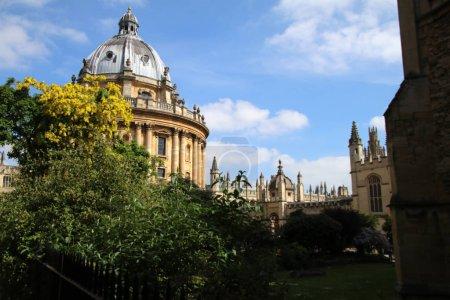 Photo pour Jardin et tour de la chapelle du Merton College. Université d'Oxford, Oxford, Angleterre - image libre de droit