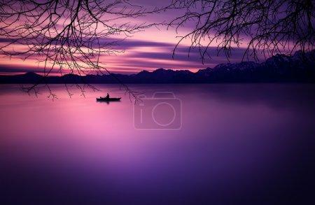 Photo pour Bateaux au coucher du soleil sur la Batlava - image libre de droit