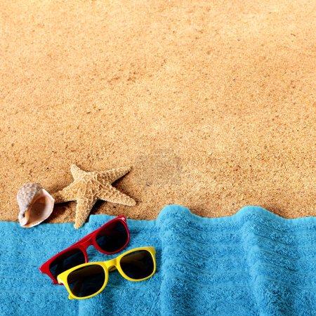 Photo pour Bordure de fond de plage avec lunettes de soleil, serviette, étoile de mer et coquillages format carré - image libre de droit