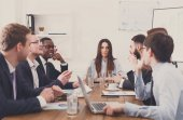 Obchodní jednání. Mladý tým v moderní kanceláři