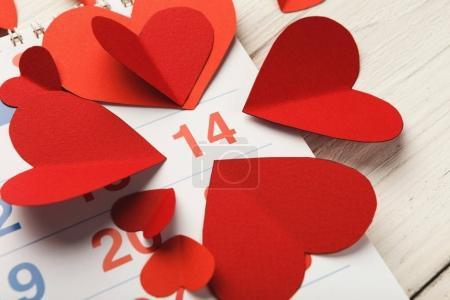 Página del calendario con los corazones rojos el 14 de febrero