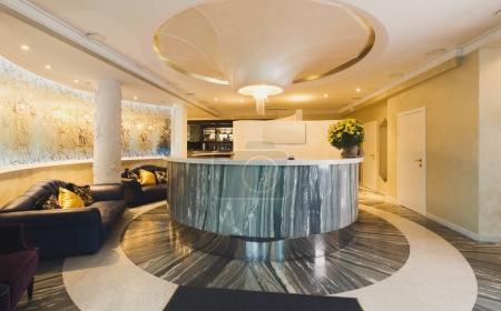 Photo pour Intérieur de l'hôtel moderne. Bureau d'accueil de luxe dans un style contemporain, espace copie - image libre de droit