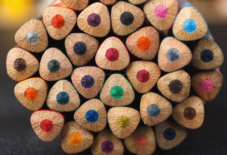 Photo pour Empilement de crayons colorés pointes sur table noire, fond d'art. Set pour recréer la texture, espace de copie - image libre de droit