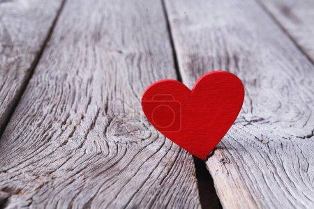 Foto de San Valentín día, rojo hecho a mano corazón fondo de madera gris. Los amantes de la feliz día tarjeta maqueta, espacio de copia. Día de San Valentín, amor, concepto romántico - Imagen libre de derechos