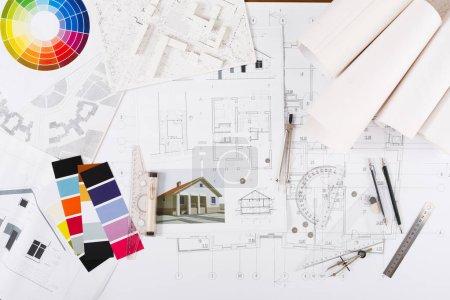 Photo pour Lieu de travail de l'architecte. Outils d'ingénierie pour la création de nouveau projet architectural sur table, vue de dessus - image libre de droit