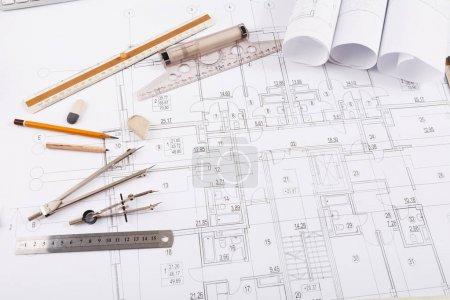 Photo pour Lieu de travail de l'architecte. Diviseur, crayon et règle sur plan, création d'un nouveau projet architectural sur table, espace de copie - image libre de droit