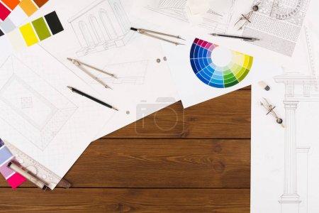 Photo pour Lieu de travail de l'architecte. Outils d'ingénierie pour créer un nouveau projet architectural sur table en bois, vue de dessus, espace de copie - image libre de droit