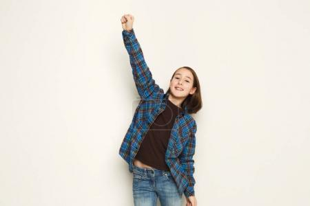 Photo pour Un grand succès. Fille souriante exprimant le bonheur, célébrant la victoire avec la main levée, plan studio, espace de copie - image libre de droit