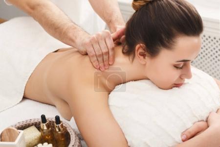 Photo pour Massage classique du cou et du dos, gros plan. Femme bénéficiant d'un traitement spa au salon. Concept de bien-être, beauté et soins de santé - image libre de droit