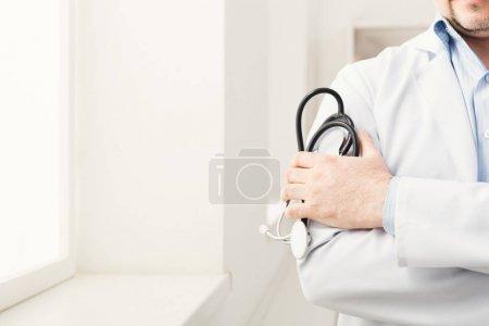 Photo pour Stéthoscope à main mâle en gros plan. Le médecin est prêt à vérifier le rythme cardiaque ou la respiration du patient à l'hôpital. Médecine, santé et personnes concept - image libre de droit