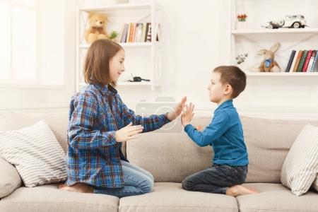 Photo pour Frère et sœur jouant ensemble à la maison. Jeu pour enfants, activités et intérêts communs, confiance, soutien, concept de divertissement - image libre de droit