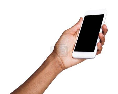 Photo pour Afro-américaine main féminine tenant mobile smartphone avec un écran vide, isolé sur fond blanc. Copier l'espace pour la publication de l'application mobile, maquette - image libre de droit