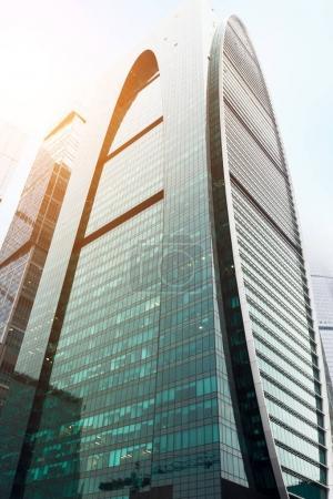 Photo pour Gratte-ciel modernes façades en verre. Vue détaillée de la construction contemporaine d'immeubles de bureaux. Architecture, commerce, finance et immobilier concept, espace de copie - image libre de droit