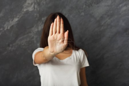 Photo pour Belle femme qui dit merci mais non. Belle fille niant la demande en mariage, faisant un geste d'arrêt, couvrant le visage avec sa main, copiant l'espace - image libre de droit