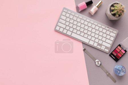 Photo pour Blogueur beauté mode espace de travail avec clavier d'ordinateur portable, produits de maquillage, montres, cactus sur fond rose. Espace de copie pour le texte, vue du dessus - image libre de droit
