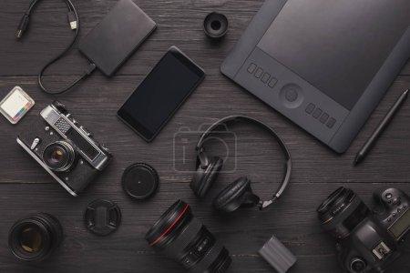 Photo pour Matériel photo. Vue de dessus de divers équipements personnels pour photographe ou designer créatif, espace de copie - image libre de droit
