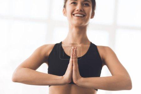 Photo pour Jeune femme sportive méditant, se concentrer sur les mains dans le geste Namaste - image libre de droit