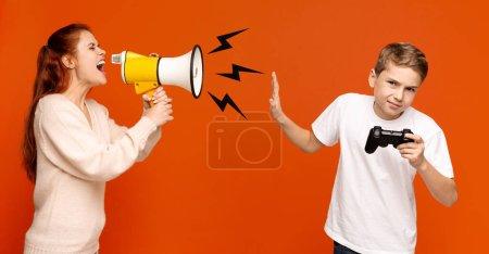 Photo pour Ignorer la communication. Maman en colère avec mégaphone criant bruyamment à son fils adolescent avec joystick, fond panoramique orange - image libre de droit