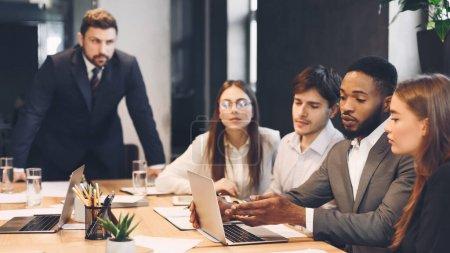 Foto de Proceso de reunión del equipo. Colegas discutiendo nuevo proyecto en la oficina moderna - Imagen libre de derechos