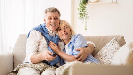 Photo pour Conjoints âgés regardant la télévision, homme changer de chaînes avec télécommande, panorama avec espace de copie - image libre de droit