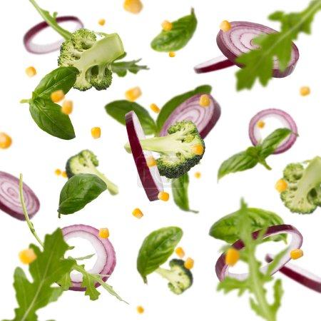 Photo pour Le concept de la salade fraîche. Vol de légumes sains isolés sur fond blanc - image libre de droit