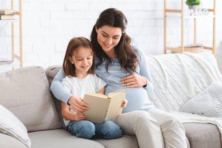 Przedszkolanka i jej oczekiwania mama czyta ekscytujące książki