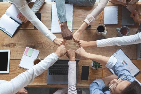 Photo pour Groupe de collègues internationaux se serrant la main pour travailler ensemble, en coopération et en équipe, vue d'ensemble - image libre de droit