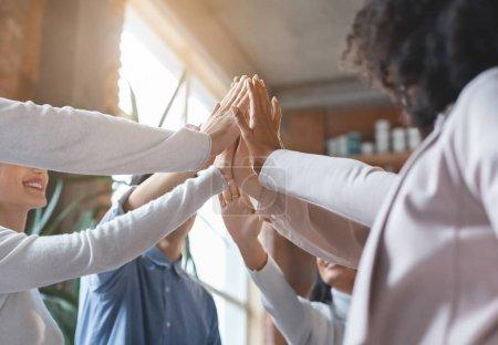 Photo pour Mains unies d'un groupe d'affaires multiracial, intérieur du bureau, gros plan, concept de collaboration - image libre de droit