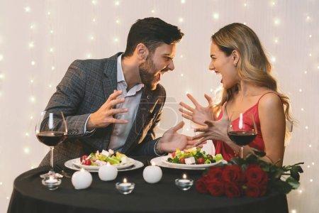 Wütendes Paar streitet bei romantischem Abendessen im Restaurant
