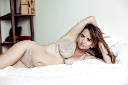 Photo pour Attrayant sexy jeune femme en sous-vêtements légers - image libre de droit